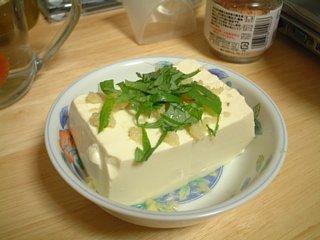 豆腐に間引きシソ