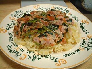 トマトとほうれん草ソース+マカロニ